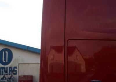 ciężarówka mercedes z czerwonym spoilerem