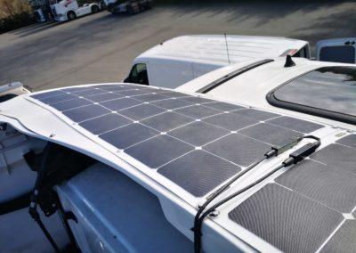 Spojler dachowy z instalacją solarną.